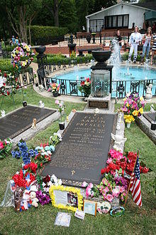 سنگ قبر بلند و بلند در سطح می خواند